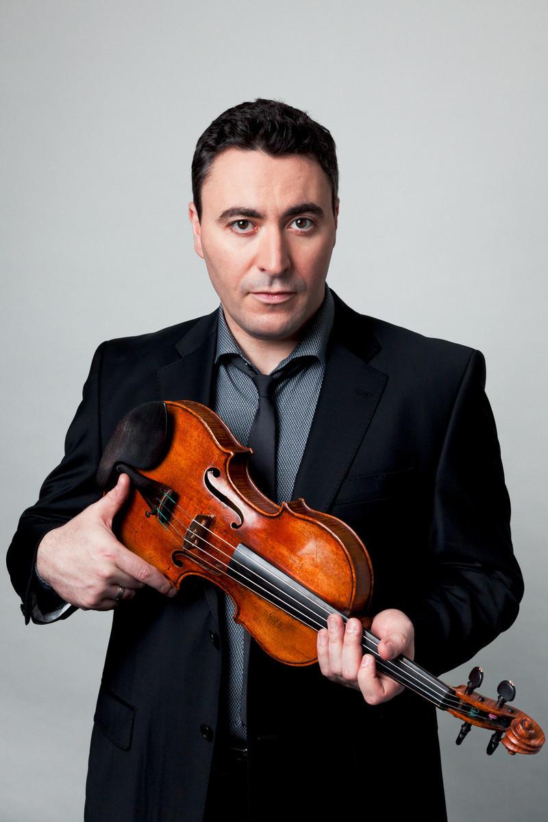 Photo of Maxim Vengerov holding a violin