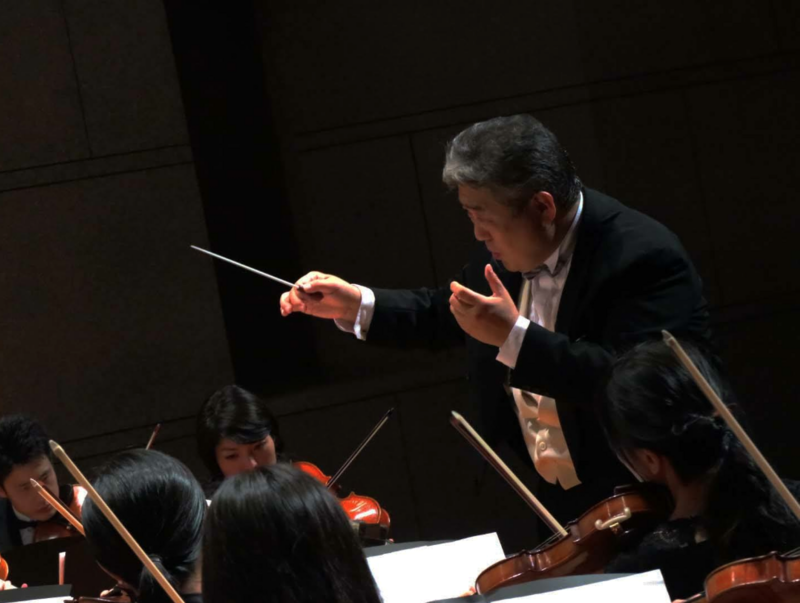 Photo of Hideyuki Tsuji conducting an orchestra